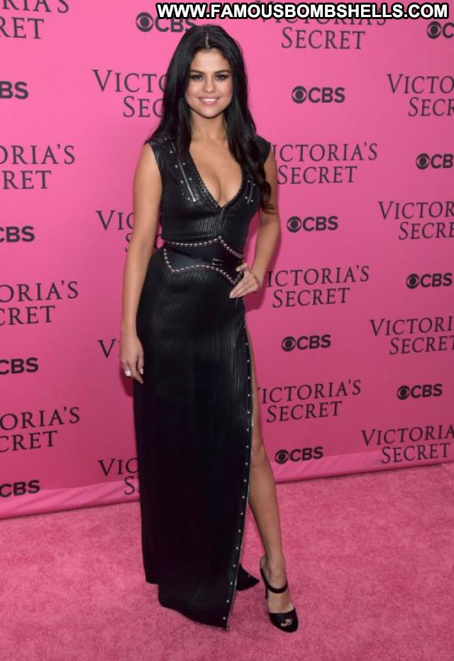 Selena Gomez Fashion Show  Fashion Babe Beautiful Celebrity Posing Hot