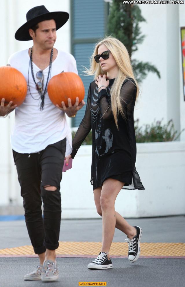 Avril Lavigne Beverly Hills Shopping Beautiful Posing Hot Titslip